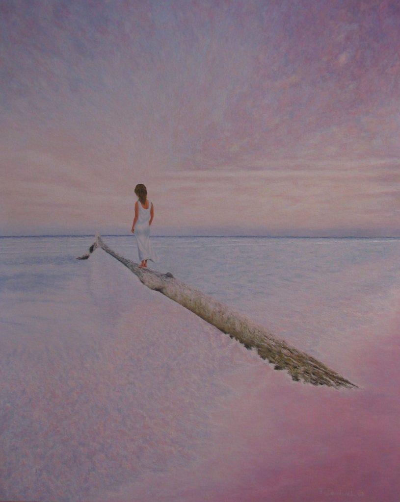 Mujer mirando hacia el horizonte sobre un tronco de madera en la orilla del mar, envuelta en colores pasteles y malvas.