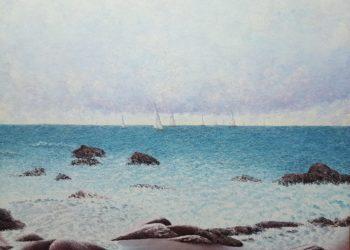 Marina que refleja unos veleros en competición a la lejanía del océano envueltos en una diversidad de colores.