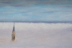 Toledo en la niebla durante un día de otoño, sobresale sobre la niebla el campanario de la catedral, los Jesuitas a la izquierda y el Alcázar a la derecha