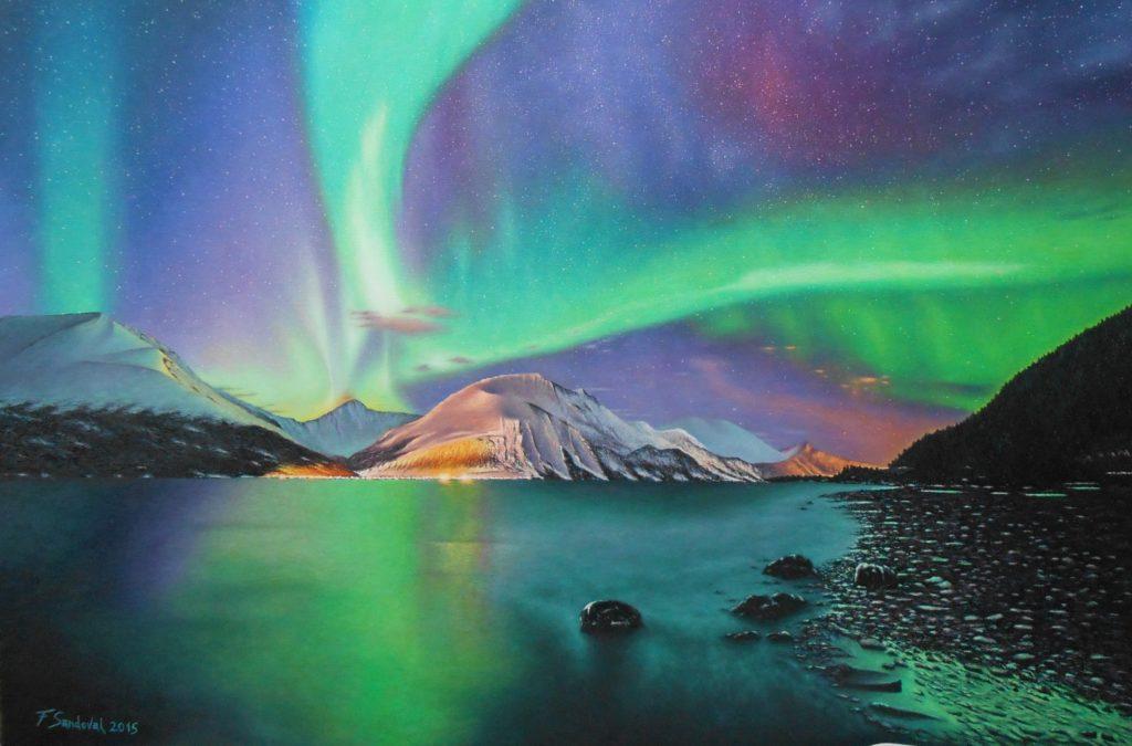 Aurora boreal con azules, verdes y violetas tan característicos, con los cielos plagados de estrellas, destacando el reflejo de la ciudad sobre las montañas.