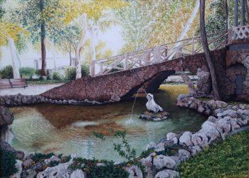 Subida al templete de los jardinillos, en el parque de Albacete, destacando la barandilla de piedra, con los reflejos del agua y una de las ranas de piedra.