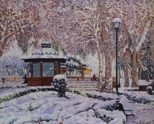 Jardinillos nevado destaca por la luminosidad que produce la nieve al incidir los rayos del sol entre los árboles en este parque de Albacete.