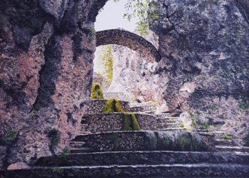 Fuente de Riópar Viejo, en la sierra de Alcaraz, viendo como entra la luz entre las rocas, con el agua saltando por la superficie inferior del lienzo.