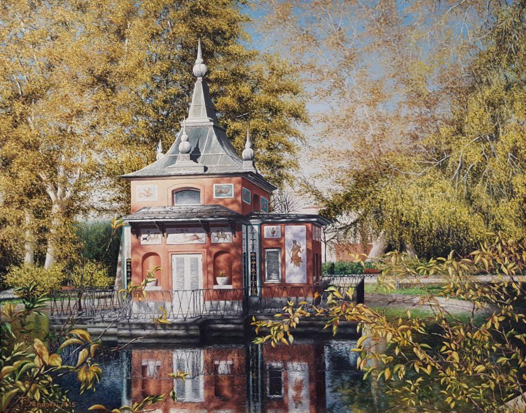 De la casita del pescador, situada en el parque del Retiro, destacar los reflejos en el estanque, la barandilla y la sombra de los árboles sobre la fachada.